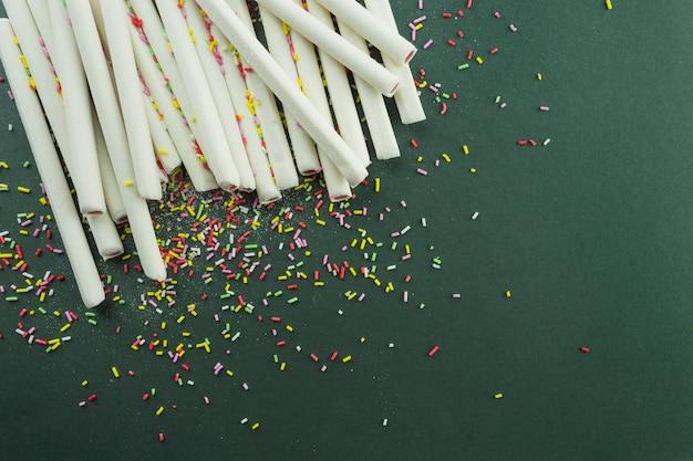 Polvilhe em palitos de gelatina
