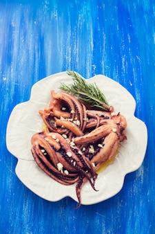 Polvo cozido com alho em prato branco