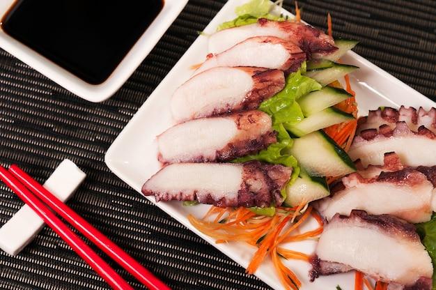 Polvo de comida japonesa sashimi e veggies prato refeição, comida fresca asiática, comida do mar