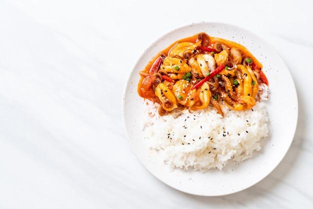Polvo frito ou lulas e pasta picante coreana (osam bulgogi) com arroz