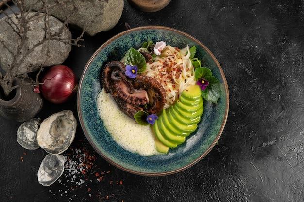 Polvo grelhado com macarrão udon e abacate fresco
