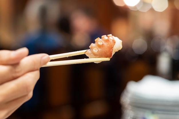 Polvo ou choco grelhado em pauzinhos no restaurante.