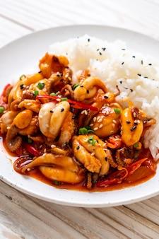 Polvo ou lula salteados e pasta picante coreana (osam bulgogi) com arroz
