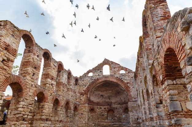 Pombas brancas voando acima da igreja