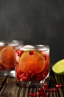 Pomegranate gimlet - um coquetel à base de gim com suco de limão, o gim pode ser substituído por vodka.