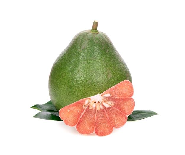 Pomelo fresco isolado no branco