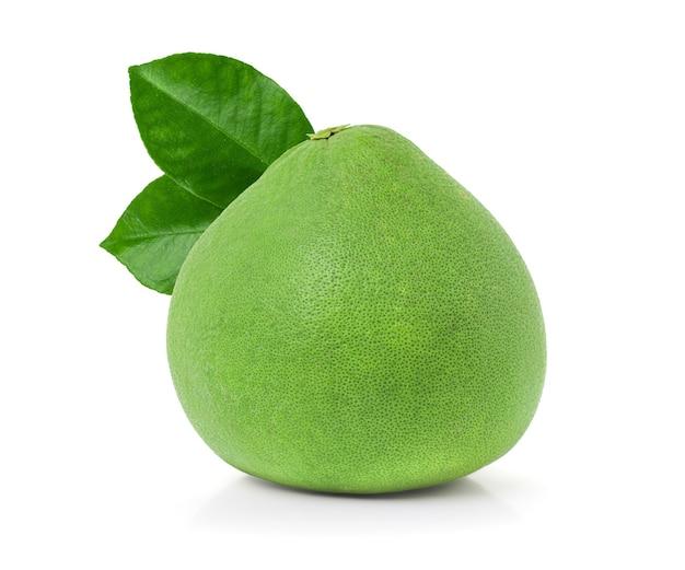 Pomelo verde com folhas isoladas no fundo branco com traçado de recorte, fruta do pomelo rubi de tailândia siam.