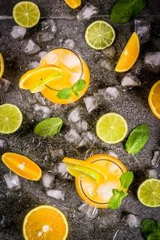 Ponche cítrico com laranja e limão, com raminhos de hortelã, refrigerados com gelo