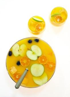 Ponche de frutas na mesa branca