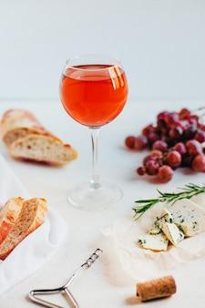 Ponha a mesa com vinho e comida