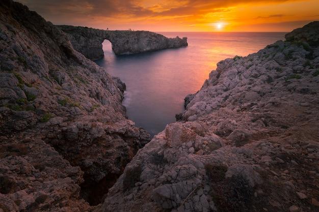 Pont d'en gil arco na ilha de menorca, nas ilhas baleares, espanha.