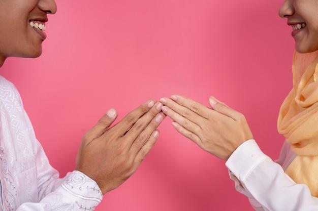 Ponta de dedo mão muçulmana tocar saudação