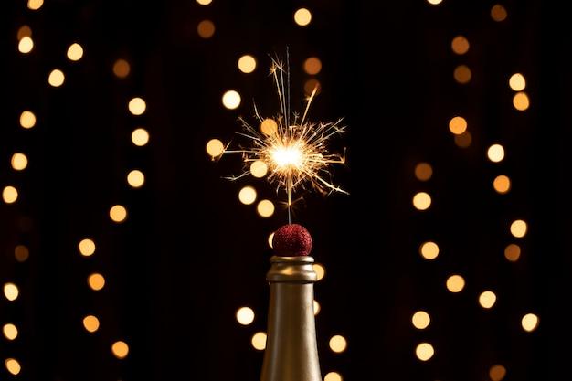 Ponta de garrafa de baixo ângulo com luzes de fogos de artifício