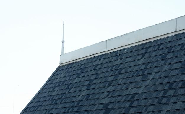 Ponta do telhado do castelo velho, vista lateral