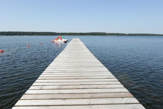 Pontão de cais de madeira no lago