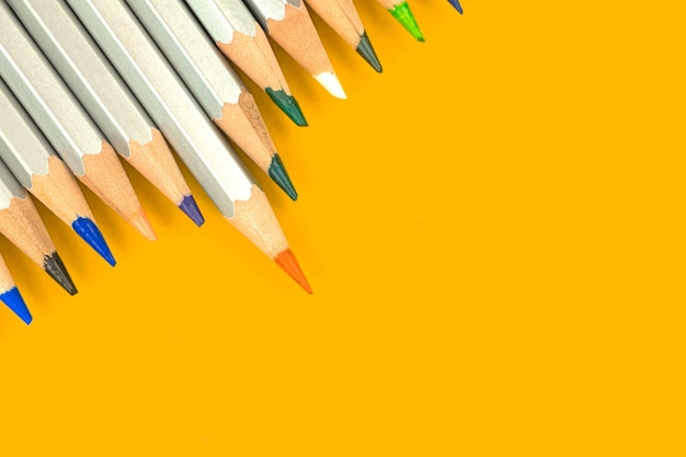 Pontas afiadas da escola de desenho a lápis sobre um fundo brilhante. equipamento de escritório de educação. vista superior e cópia da foto do espaço