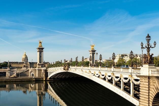 Ponte alexandre iii (pont alexandre iii) e residência nacional dos inválidos, paris, frança