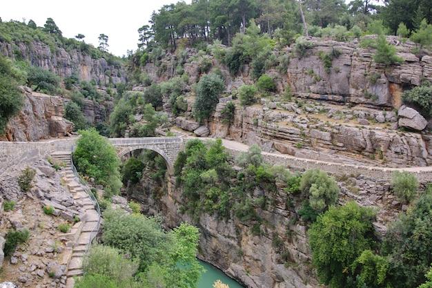 Ponte antic sobre o rio