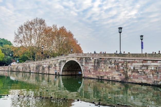 Ponte antiga em um rio