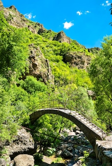 Ponte antiga no mosteiro geghard, na província de kotayk, na armênia