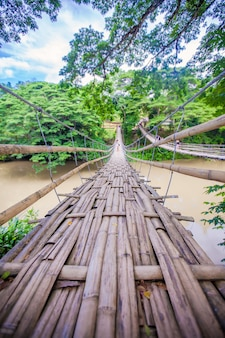 Ponte articulada sobre o rio loboc em bohol, filipinas