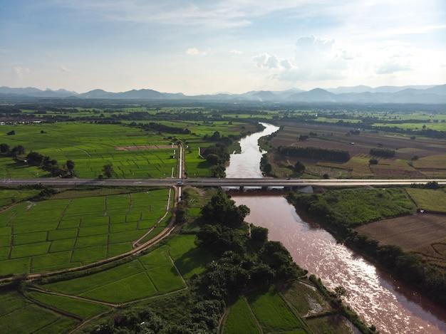 Ponte atravessar o rio yom na província de phrae