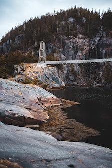 Ponte branca sobre o rio durante o dia