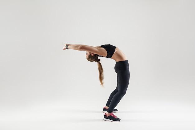 Ponte camatkarasana em pose atlética fazendo ioga