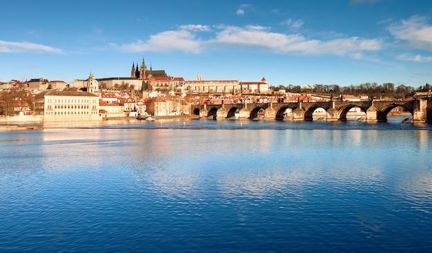 Ponte carlos, a catedral de são vito e outros edifícios históricos em praga