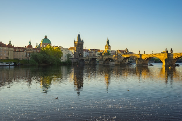 Ponte carlos com o skyline da cidade de praga na república checa