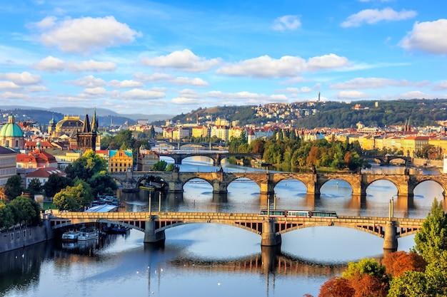 Ponte carlos e outras pontes de praga sobre o rio moldava, bela vista do verão.