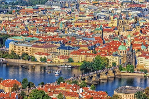 Ponte carlos em praga, vista aérea na república tcheca.
