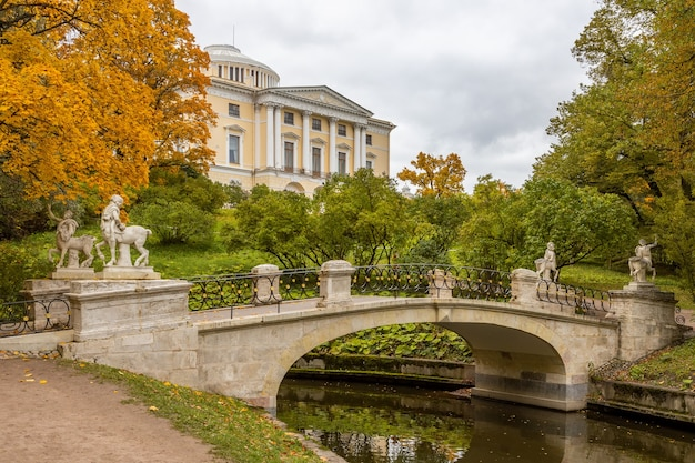 Ponte com centauros do outro lado do rio no parque de outono de pavlovsk na cidade de pavlovsk na rússia