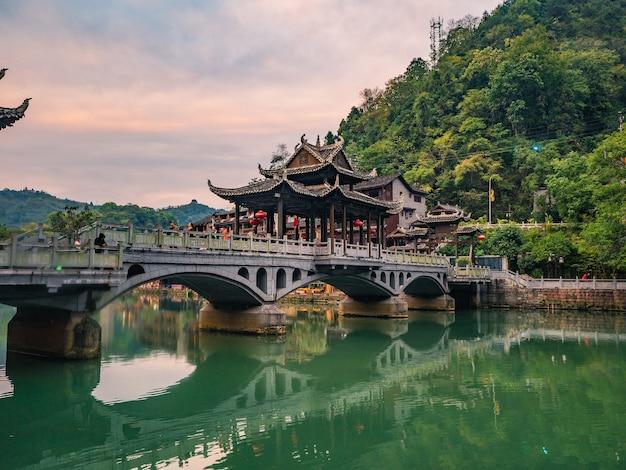 Ponte da cidade velha de fenghuang com vista panorâmica da cidade velha de fenghuang. a cidade antiga de fenghuang ou condado de fenghuang é um condado da província de hunan, china
