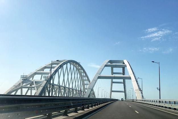 Ponte da crimeia. ponte rodoviária que conecta as margens do estreito de kerch entre taman e kerch
