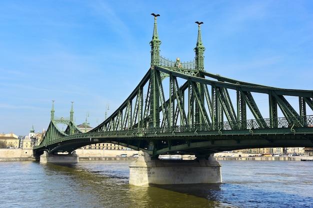 Ponte da liberdade famosa em budapeste.