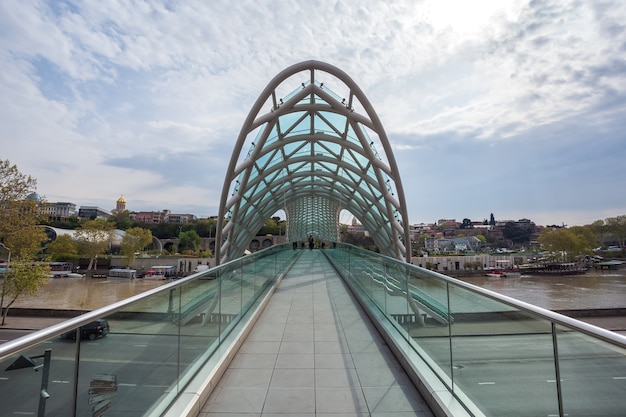 Ponte da paz em tbilisi, geaorgia, ponte pedonal sobre o rio kura em tbilisi, capital da geórgia.