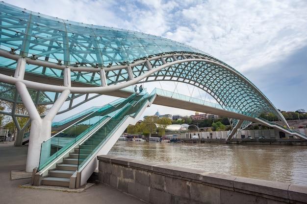 Ponte da paz em tbilisi, ponte para pedestres sobre o rio kura