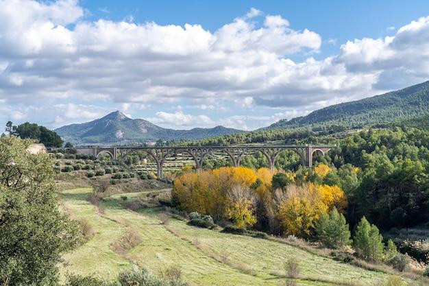 Ponte das sete luas em um dia ensolarado de outono em alcoi.