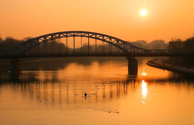Ponte de aço sobre um rio.