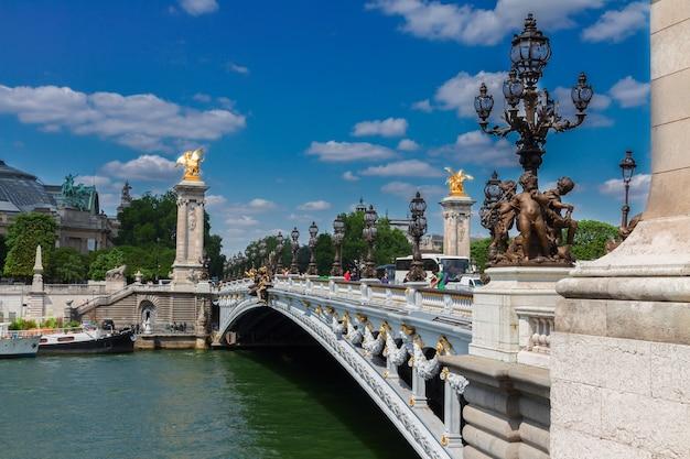 Ponte de alexandre iii sobre o rio sena em dia de verão, frança