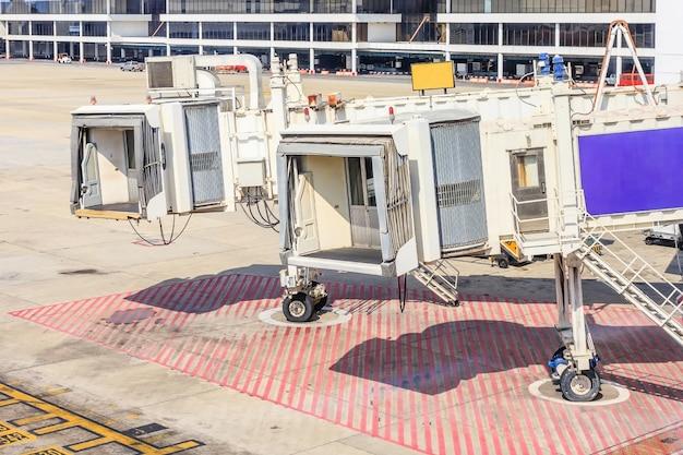 Ponte de avião no aeroporto para embarque de passageiros ou jetway esperando por um avião para chegar