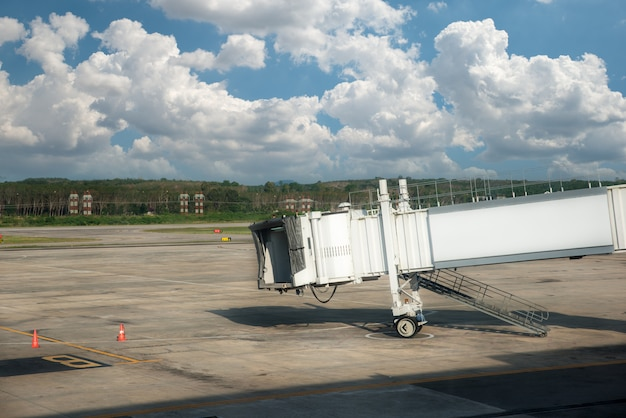 Ponte de avião, passarela no aeroporto para embarque de passageiros