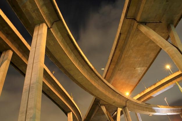 Ponte de bhumibol, a ponte rodoviária industrial em bangkok, tailândia