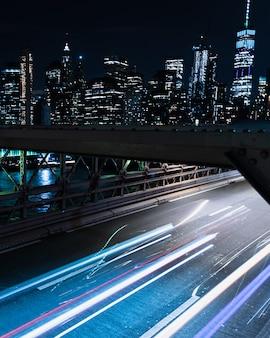 Ponte de borrão de movimento com veículos à noite