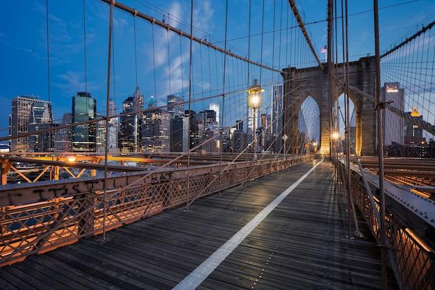 Ponte de brooklyn ao amanhecer, nova york.