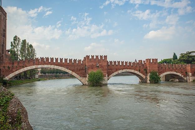 Ponte de castelvecchio com rio adige em verona, itália