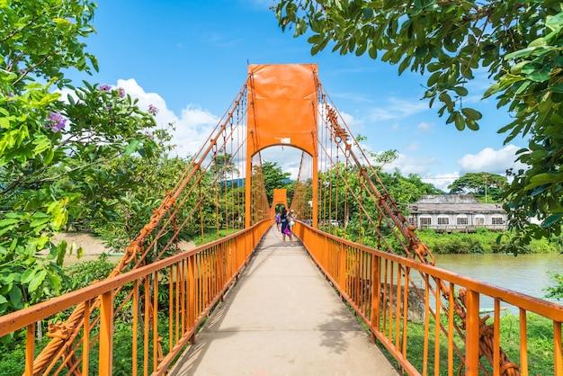 Ponte de cor laranja na caverna de jung em vang vieng, laos