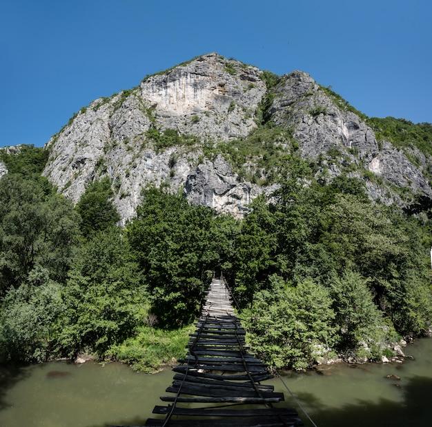 Ponte de corda do outro lado do rio em nera keys romênia, ponte suspensa,