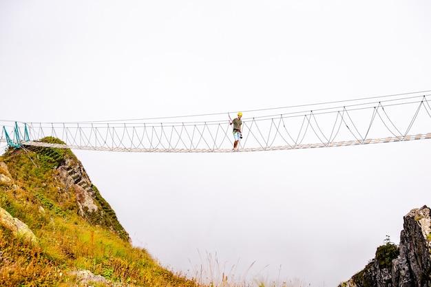 Ponte de corda no topo de uma montanha